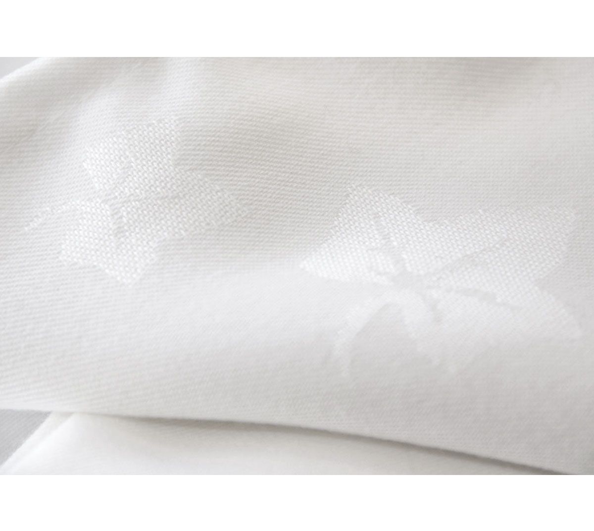 White Ivy Leaf Tablecloth Expologos
